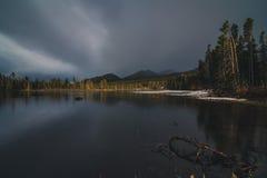 Jezioro otaczający lasem Obrazy Stock