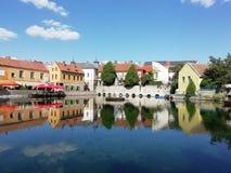 Jezioro po środku miasteczka zdjęcie royalty free