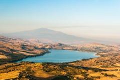 Jezioro Pozzillo, z wulkanem Etna w tle Fotografia Royalty Free