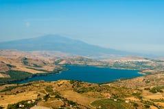 Jezioro Pozzillo, z wulkanem Etna w tle Fotografia Stock