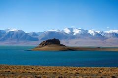 Jezioro przed śnieżną górą Obrazy Stock
