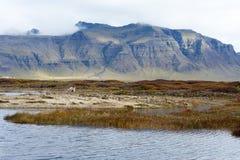 Jezioro przed górą na Iceland Obrazy Royalty Free