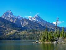 jezioro przed skalistymi górami fotografia royalty free