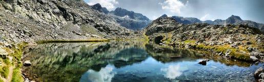 Jezioro przy górami Fotografia Stock