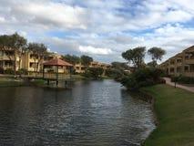 Jezioro przy Hotelowym położeniem Fotografia Stock