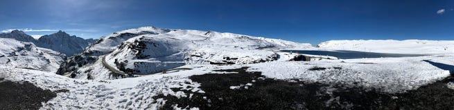 Jezioro przy losu angeles Cumbre przepustką przy elewacją 15.400 ft w losie angeles Paz, Boliwia Zdjęcia Stock
