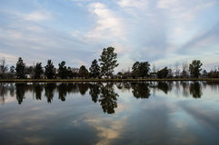 Jezioro przy półmrokiem Zdjęcia Stock