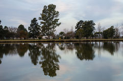 Jezioro przy półmrokiem Obrazy Royalty Free