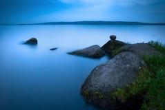Jezioro przy półmrokiem Obrazy Stock
