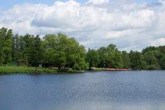 Jezioro przy słonecznym dniem Obrazy Stock