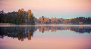 Jezioro przy wschodem słońca w spadku zdjęcie royalty free