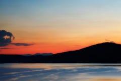 Jezioro przy zmierzchem Obrazy Stock