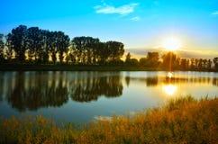 Jezioro przy zmierzchu momentem Obrazy Stock
