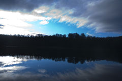 jezioro rano nad niebem. Zdjęcia Stock
