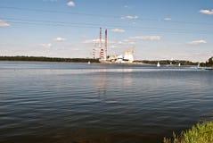 Jezioro Rybnickie fördämning med fabriksfabriksskorsten Arkivfoton