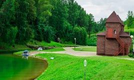 Jezioro stary budynek lato zdjęcie stock