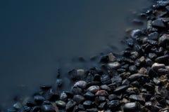 Jezioro strony kamienie w wieczór Zdjęcia Royalty Free