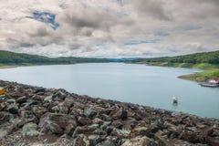 Jezioro tama z chmurnym niebem Zdjęcie Stock