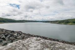 Jezioro tama z chmurnym niebem Obraz Royalty Free