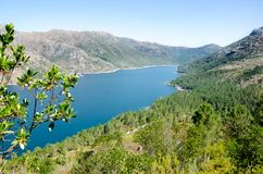 Jezioro Vilarinho da Furna tama, park narodowy Peneda-Geres, P Obraz Stock