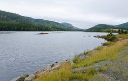 Jezioro w chmurzącym dniu Zdjęcia Royalty Free
