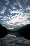 Jezioro w górach w odbiciu jutrzenkowy niebo Zdjęcia Stock