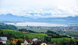 Jezioro w górach z chmurami Obraz Royalty Free