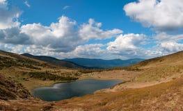 Jezioro w Karpackich górach Ukraina obraz stock