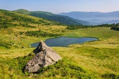 Jezioro w Karpackich górach Ukraina obraz royalty free