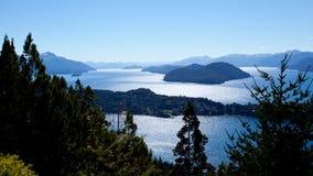 Jezioro w lesie obok gór zdjęcia royalty free