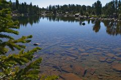 Jezioro w Montana ty możesz widzieć dno Zdjęcia Royalty Free