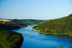 Jezioro wśród wzgórzy zdjęcie stock