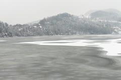 Jezioro w RoÅ ¼ nà ³ w w zimie Fotografia Stock