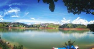 Jezioro w wsi obraz stock