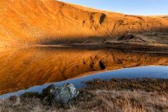 Jezioro w wysokich górach w ranku zdjęcia royalty free
