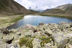 Jezioro w wzgórzach obrazy stock
