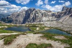 Jezioro wzdłuż spaceru Tre Cime Di Laveredo śladu, trzy sławni szczyty dolomity w Sesto dolomitach, Włochy zdjęcie stock