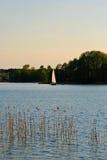 Jezioro z łodzią Zdjęcia Stock