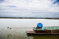 Jezioro z łodzią, Tajlandia zdjęcia stock