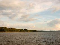 Jezioro z brzeg i niebem Fotografia Stock