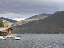 jezioro z domem na skalistych górach zdjęcia stock