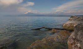 Jezioro z górą w Włochy fotografia royalty free