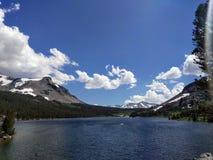 Jezioro z górą i niebem Obrazy Royalty Free