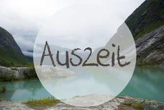 Jezioro Z górami, Norwegia, Auszeit sposobów przestój obrazy royalty free
