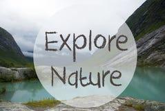 Jezioro Z górami, Norwegia, tekst Bada naturę Zdjęcie Royalty Free