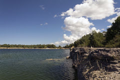 Jezioro z kamieniem i falezą Zdjęcie Royalty Free