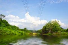 Jezioro z niebieskiego nieba i bielu chmurami Obraz Royalty Free