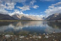 Jezioro z niebieskim niebem obrazy royalty free