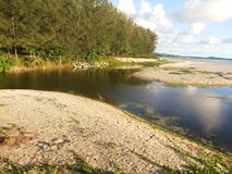Jezioro z niebieskim niebem i biel chmurą Fotografia Stock