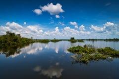 Jezioro Z odbicie chmurami zdjęcie stock